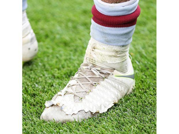 جاك جريليش خاض أغلى مباراة في العالم بحذاء مهترئ 3
