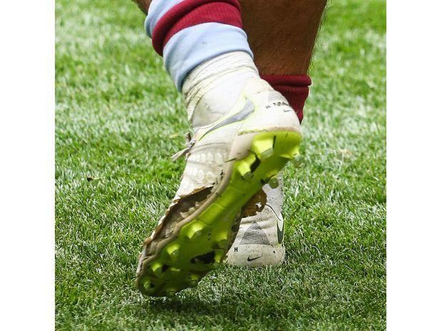 جاك جريليش خاض أغلى مباراة في العالم بحذاء مهترئ 1