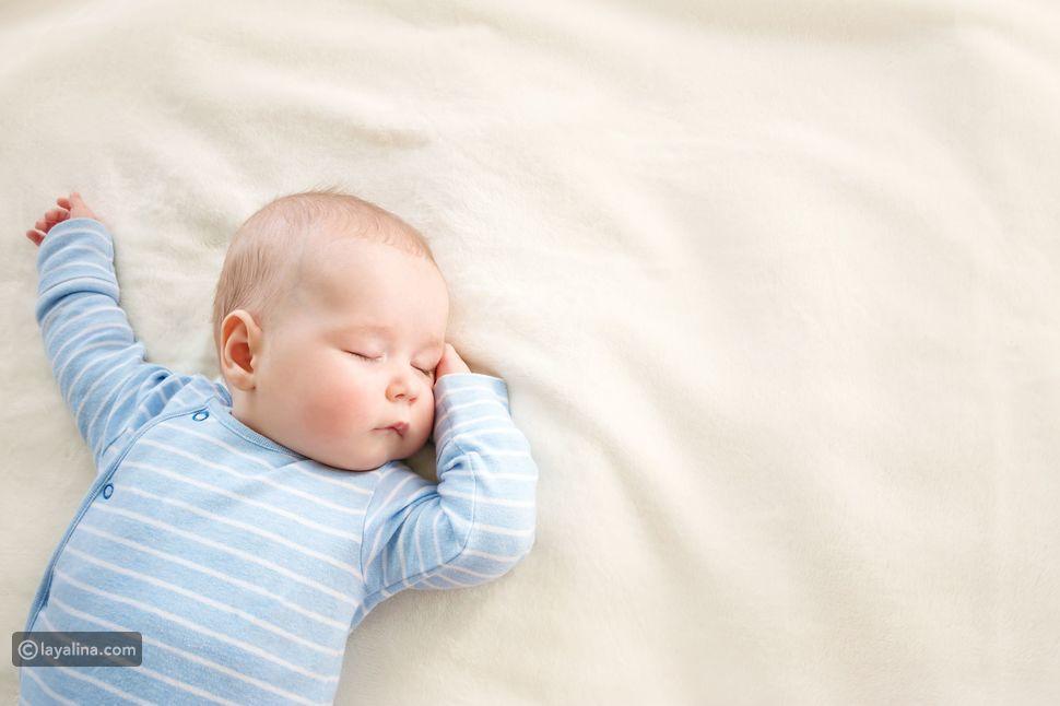 الوضعية الطريقة الصحيحة لنوم الطفل في السرير