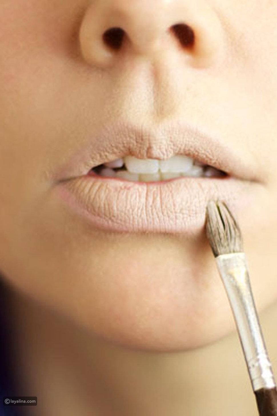 الحيل التي يلجأ لها خبراء التجميل لتصغير الشفاه بالمكياج