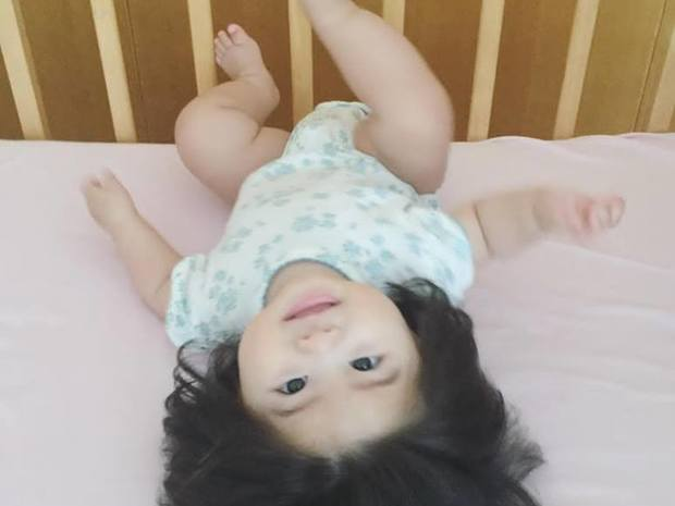 إلى تأثير هرمون الأستروجين الخاص بالأم على الطفل