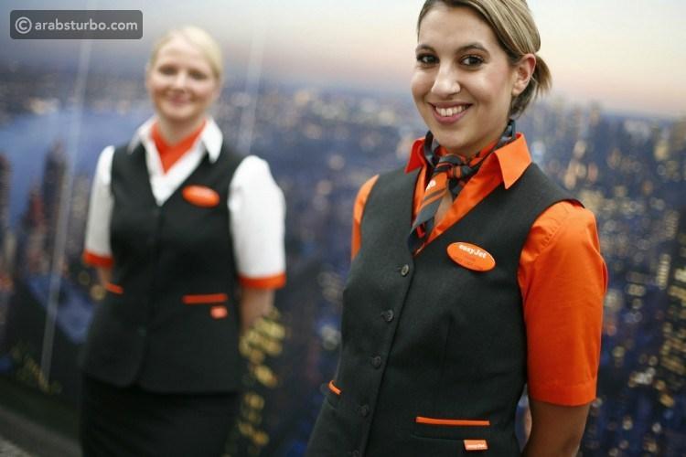 لماذا تضع مضيفة الطائرة ذراعيها خلف ظهرها عند تحيتك؟